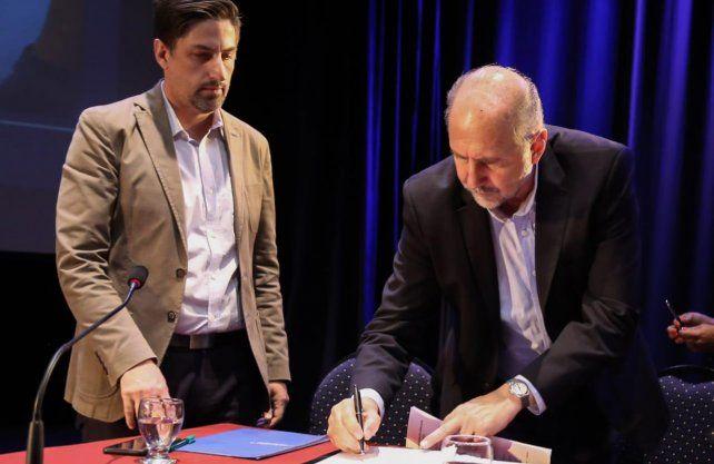 Perotti y Trotta firmaron el compromiso por la educación.