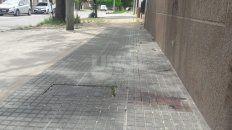 Los motochorros quisieron asaltar a una mujer y los vecinos los enfrentaron. Quedaron manchas de sangre en distintos puntos de la cuadra.