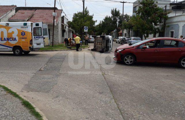 Vuelco. El accidente ocurrió en San Gerónimo y Córdoba.