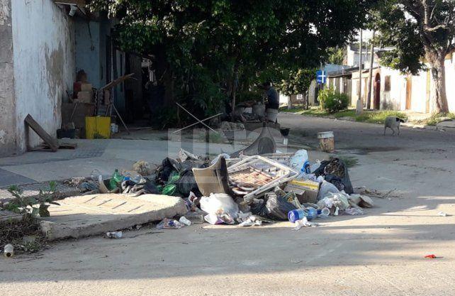 El ingreso al populoso barrio San Lorenzo por calle Entre Ríos, muestra basurales a cielo abierto en todas las esquinas.