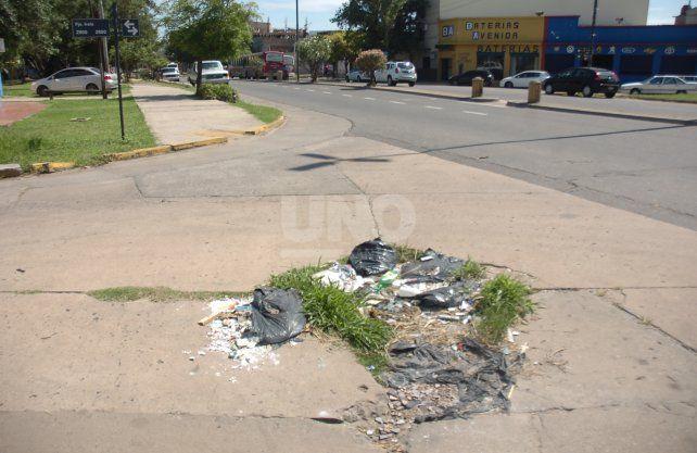 En Facundo Zuviría usan a un gran bache para depositar basura. Es un peligro para transitar.