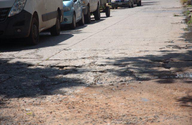 Tierra, barro y arena, es lo que está en los pozos y baches de las cuadras afectadas por los camiones de Germat.
