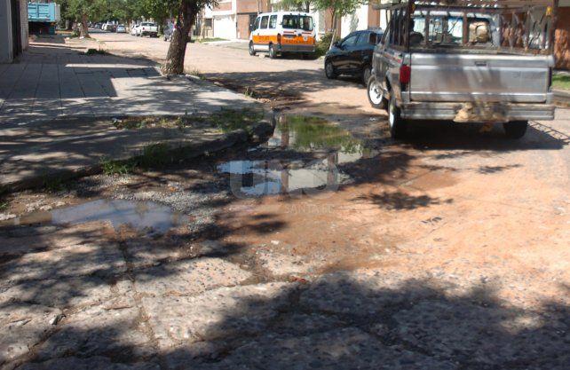 El agua de lluvia queda acumulada por días y hasta semanas por la rotura de las calle.