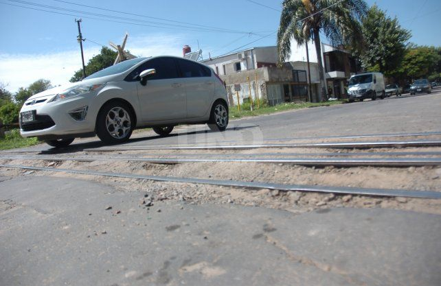 4 de Enero y la vía del Belgrano Cargas, los baches rompen vehículos y favorecen al ataque de delincuentes.