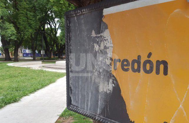 En el corazón de barrio Candioti, la plaza Pueyrredón luce abandonada y descuidada.