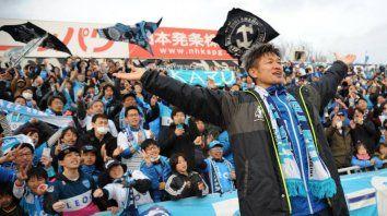 yokohama le renovo contrato a un jugador de casi 53 anos