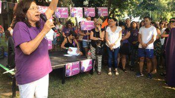 Liliana Loyola dando las palabras iniciales en el acto de pedido de justicia por Daniela Cejas.