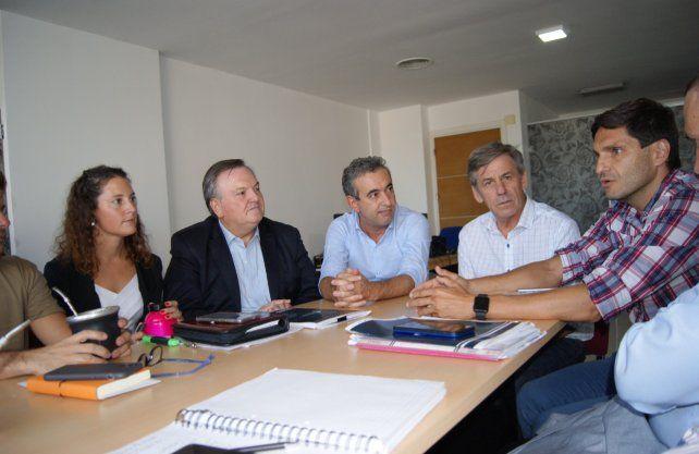 Jimena Senn, Felipe Michlig, Pablo Javkin, Emilio Jatón y Maximiliano Pullaro durante la reunión entre legisladores y los intendentes de las ciudades más grandes de la provincia.