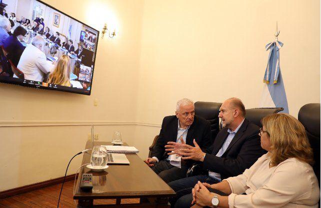 El gobernador de Santa Fe, Omar Perotti, y su ministro de Salud, Carlos parola participaron de la reunión que presidió el presidente, Alberto Fernández, por la situación que genera el coronavirus.