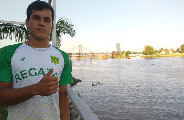 Bautista Barreto viaja todos los días desde Colastiné hasta Regatas para entrenar y disfrutar del remo. UNO Santa Fe