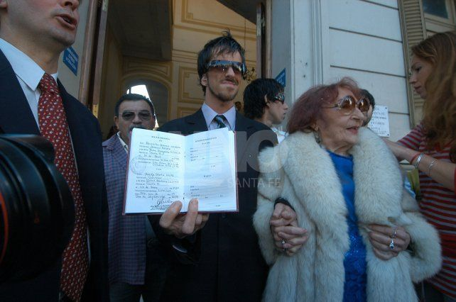 Reynaldo se hizo famoso al casarse el 28 de setiembre de 2007 con Adelfa, una mujer de 82 años de edad por entonces, que era 58 años mayor que él. Ahora fue detenido en la autopista Santa Fe-Rosario.