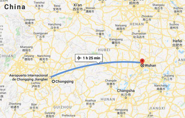 La distancia entre Chongqing y Wuhan es de 800 kilómetros. Se llega en una hora y media en avión. Hay vuelos frecuentes a toda hora.