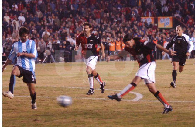 Germán Rivarola marcó un gol histórico para Colón ante Racing. Se ganó el mote de Pirulazo