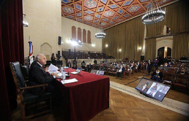 Histórico. El Paraninfo de la UNL, al ser más espacioso que el recinto de Diputados, fue sede de las sesiones durante la cuarentena más estricta.
