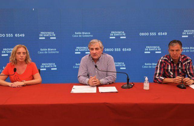 La directora de Epidemiología Carolina Cudos, el ministro de Gestión Pública, Rubén Michlig; y el secretario de Trabajo, Juan Manuel Pusineri.