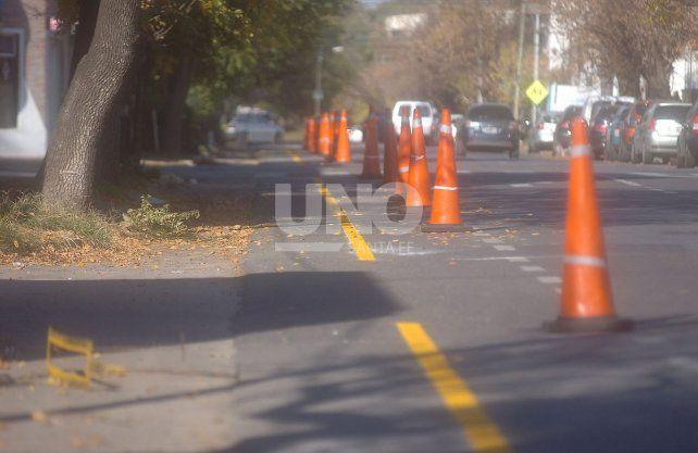 Hasta el momento se pintaron tres cuadras de ciclovía. Las personas en bicicleta deberán sortear los obstáculos de irregularidad en el asfalto, hojas secas, baches y charcos.