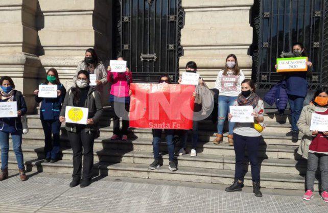 Nuevamente, los docentes reemplazantes autoconvocados, llevaron su reclamo a Casa de Gobierno.