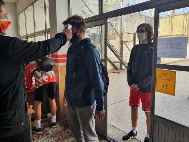 Los chicos de Santa Rosa fueron testeados antes de ingresar al Gigante de calle Las Heras.