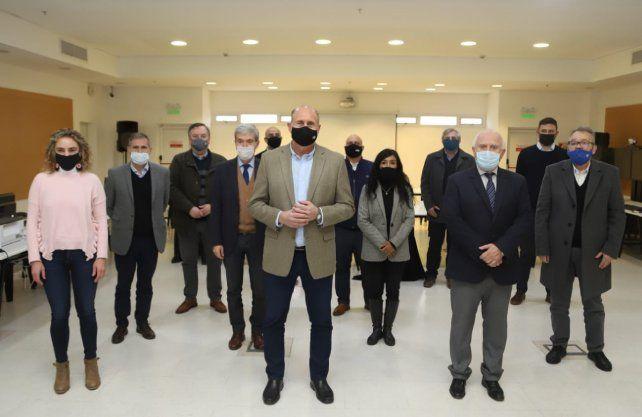 La única foto que se difundió del encuentro. El gobernador de Santa Fe, Omar Perotti, y sus ministros; y el exgobernador Miguel Lifschitz y dirigentes del Frente Progresista.