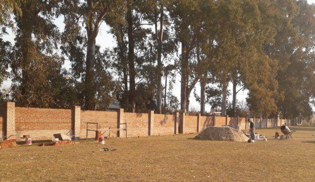 Para tener más seguridad, Cha Roga está realizando el cerco perimetral.