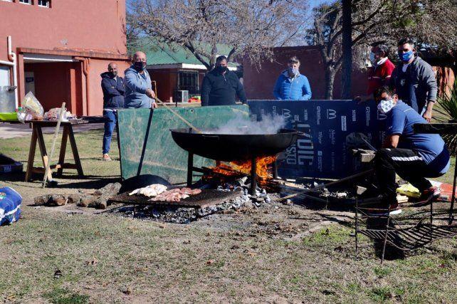 En el predio del CRAI se cocinó el arroz con pollo para repartir.