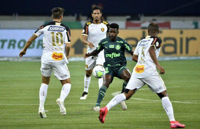 Lucas Mugni convirtió uno de los tantos en el empate de Sport Recife ante Palmeiras en el Brasileirao.