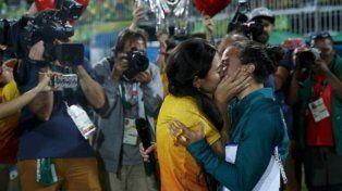 Una rugbier brasileña se comprometió con su novia en plena cancha
