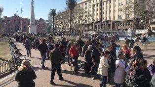 Como forma de protesta regalaron peras y manzanas en la Plaza de Mayo