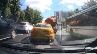 Un camión lleno de material fecal estalla en medio del tránsito