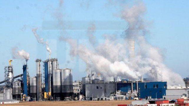 Polémica por ex Botnia: Comparan la contaminación de toda una ciudad con la que emite el caño de una sola empresa