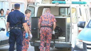 Policías cargando un cuerpo en Paraná. Foto archivo UNO. Diego Arias.