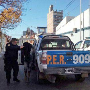 El menor de los detenidos bajando de la camioneta de la policía. FotoUNOJavier Aragón.