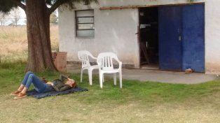 Juliana Awada durmió la siesta bajo un árbol en un aeropuerto de Santa Fe