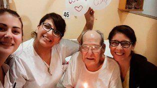 Fue al hospital para no estar solo el día de su cumpleaños