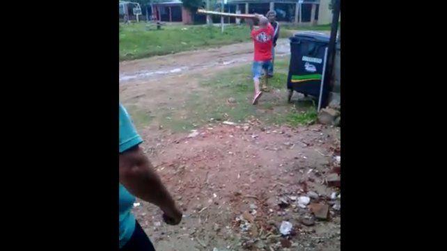 El puntero baleado el jueves le pega un balazo a un vecino. Foto captura de pantalla.