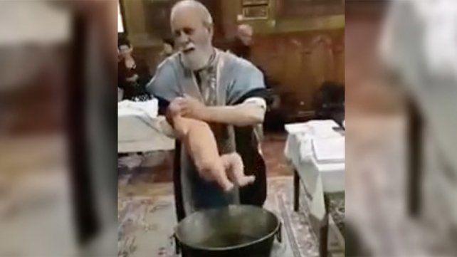 Sacerdote violenta a un bebé al bautizarlo