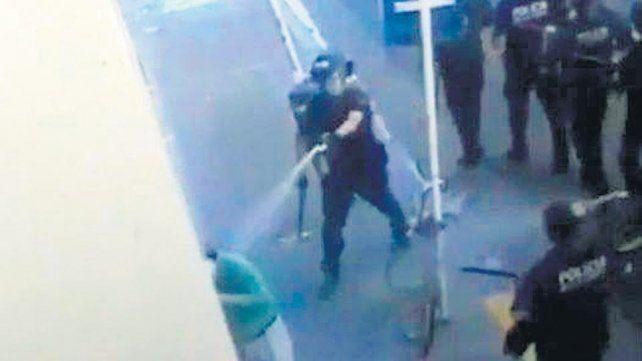 Identificaron al policía que golpeó y roció con gas pimienta a un jubilado