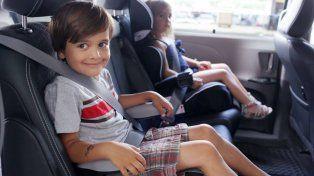 Los niños hasta 10 años deberán viajar con silla de seguridad en el auto