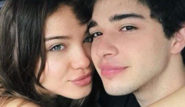 Julián Serrano y su novia se mostraron desde la intimidad de su cama
