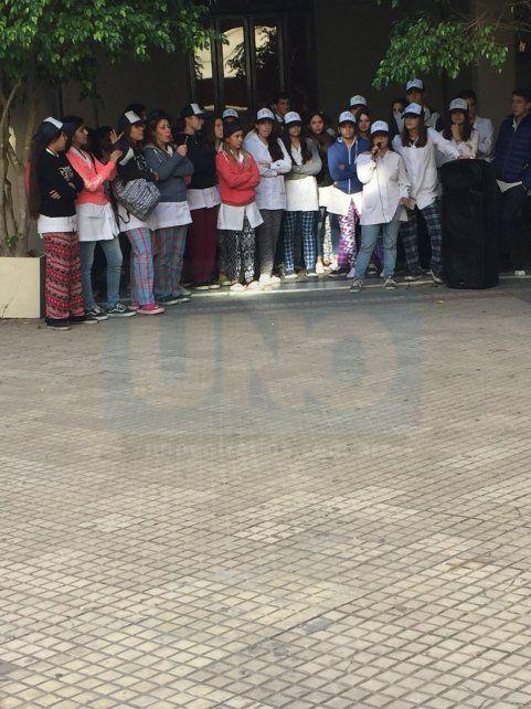 Repudio generalizado. La mayoría de los 700 alumnos fueron vestidos de la misma manera.