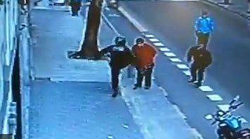 Un policía mató a un hombre de una patada en el pecho