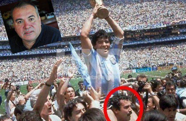 Foto histórica. Roberto Cejas levantando sobre sus hombre a Diego Armando Maradona