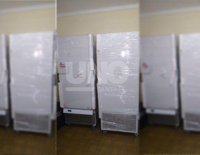 Los dos ultrafreezers instalados en la sala de frío del viejo hospital Iturraspe.