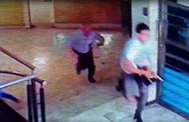 Crimen. En la foto, Oldani persigue al autor del disparo.
