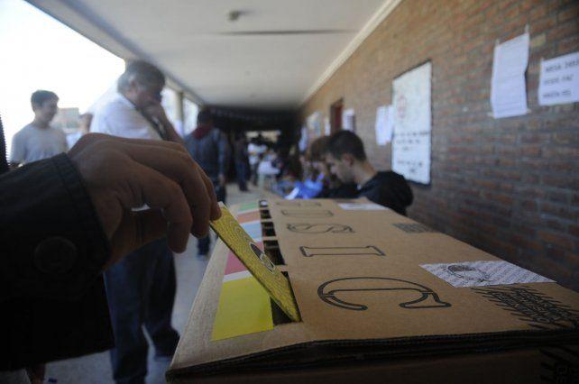 El secretario Electoral de Santa Fe señaló que nación evalúa la posibilidad que los mayores de 60 tengan una franja horaria con prioridad para votar.