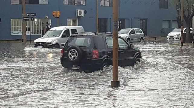 Avenida Galicia, llena de agua producto de las fuertes lluvias de este jueves.
